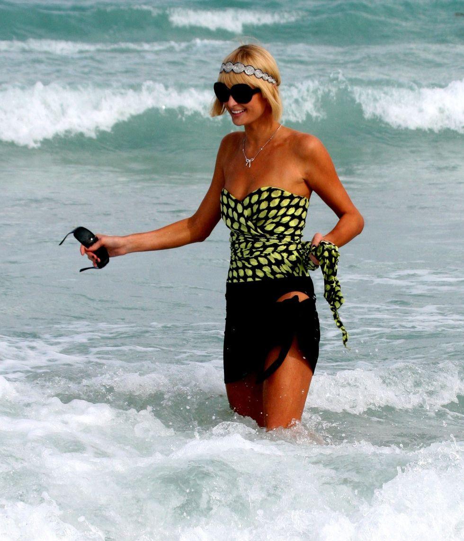 paris-hilton-at-the-beach-in-miami-15