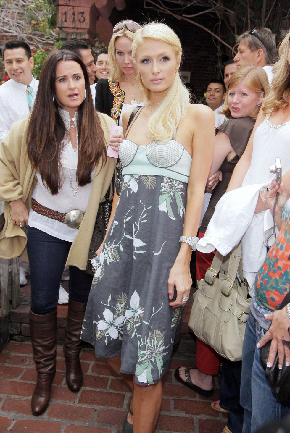 paris-hilton-at-the-ivy-restaurant-in-beverly-hills-01