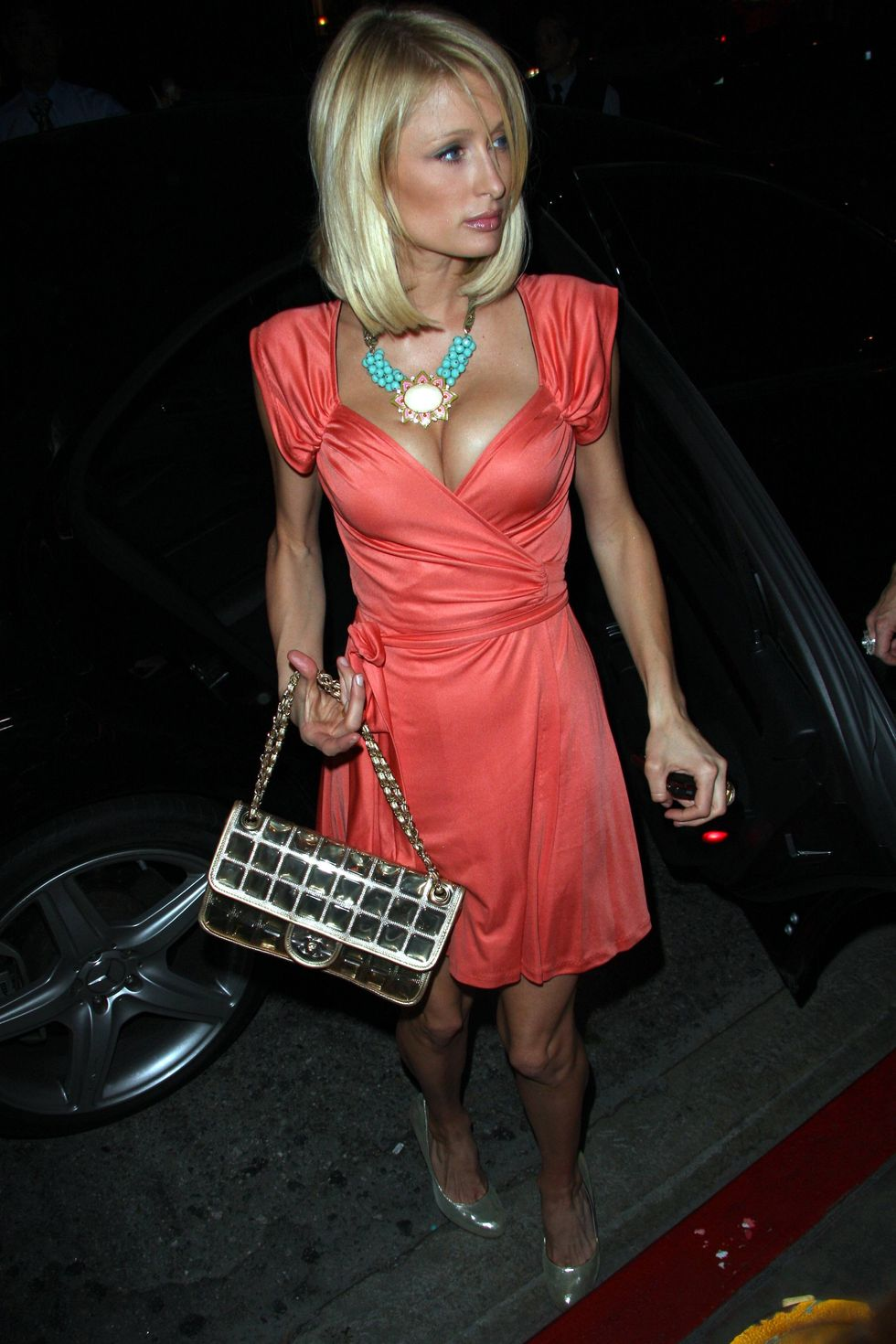 paris-hilton-cleavage-candids-at-club-villa-in-hollywood-01
