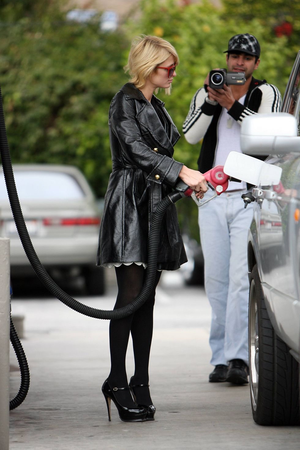 paris-hilton-high-heels-candids-at-gas-station-01