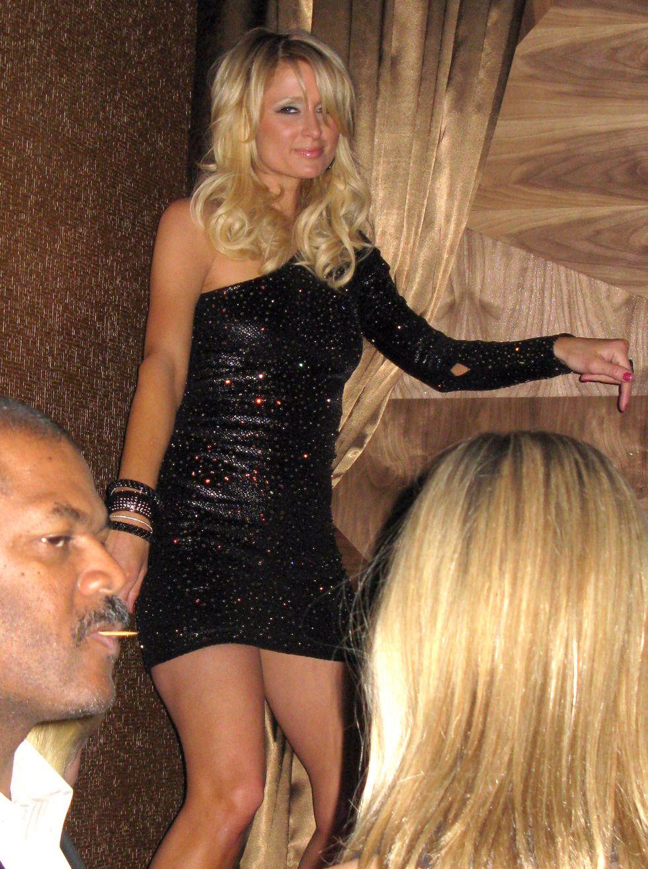 paris-hilton-partying-at-the-vanity-nightclub-in-las-vegas-01