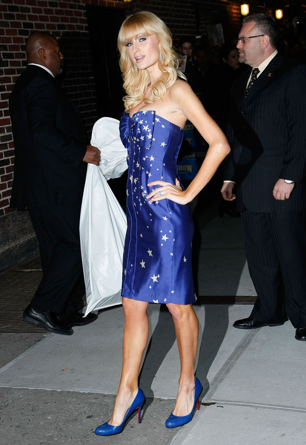 paris-hilton-visits-late-show-with-david-letterman-in-new-york-city-01