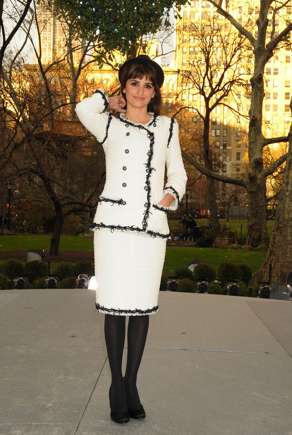 penelope-cruz-a-diamond-is-forever-unbreakable-kiss-mistletoe-installation-in-new-york-01