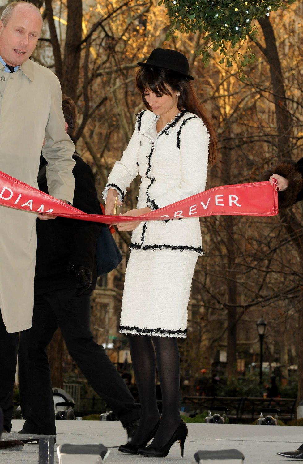 penelope-cruz-a-diamond-is-forever-unbreakable-kiss-mistletoe-installation-in-new-york-14