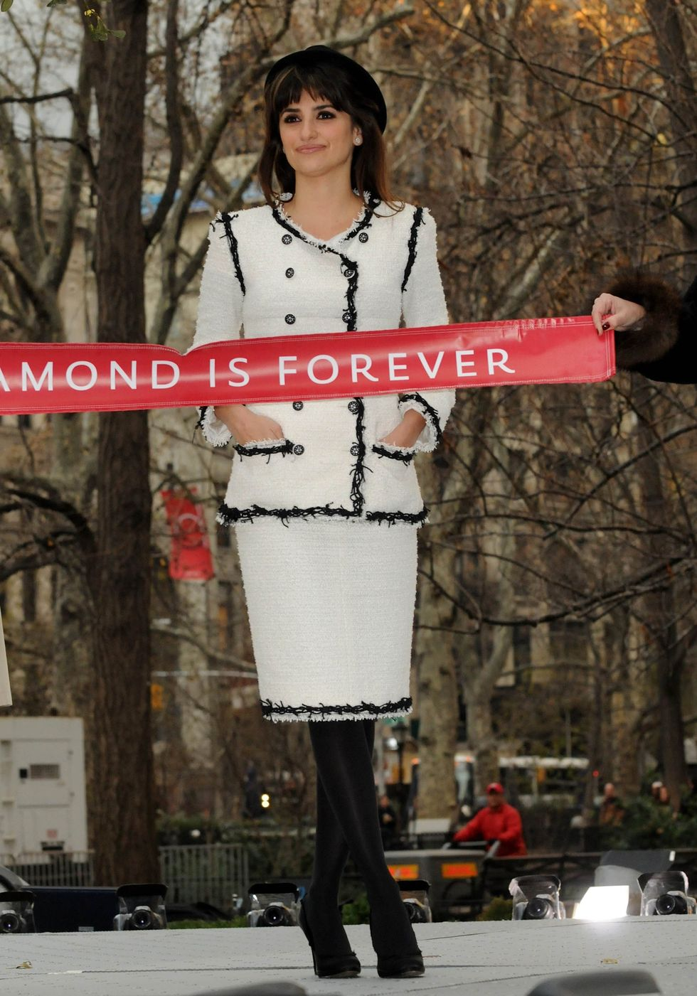 penelope-cruz-a-diamond-is-forever-unbreakable-kiss-mistletoe-installation-in-new-york-15