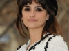 penelope-cruz-a-diamond-is-forever-unbreakable-kiss-mistletoe-installation-in-new-york-06