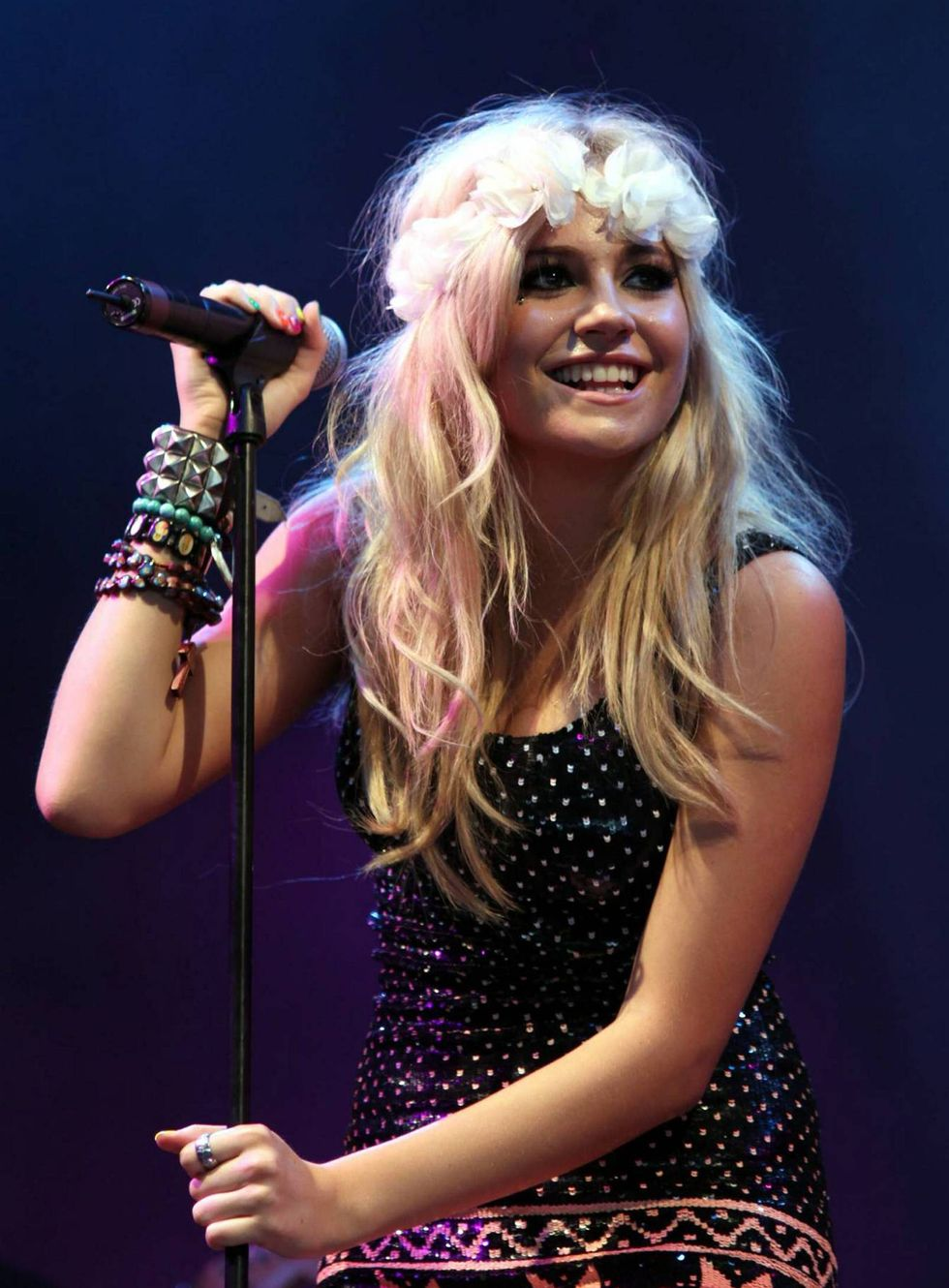 pixie-lott-at-the-v-festival-at-hylands-park-in-chelmsford-01