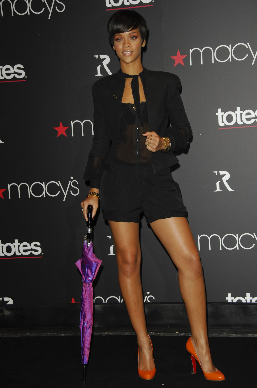 rihanna-celebrates-the-launch-of-rihanna-collection-of-umbrellas-01