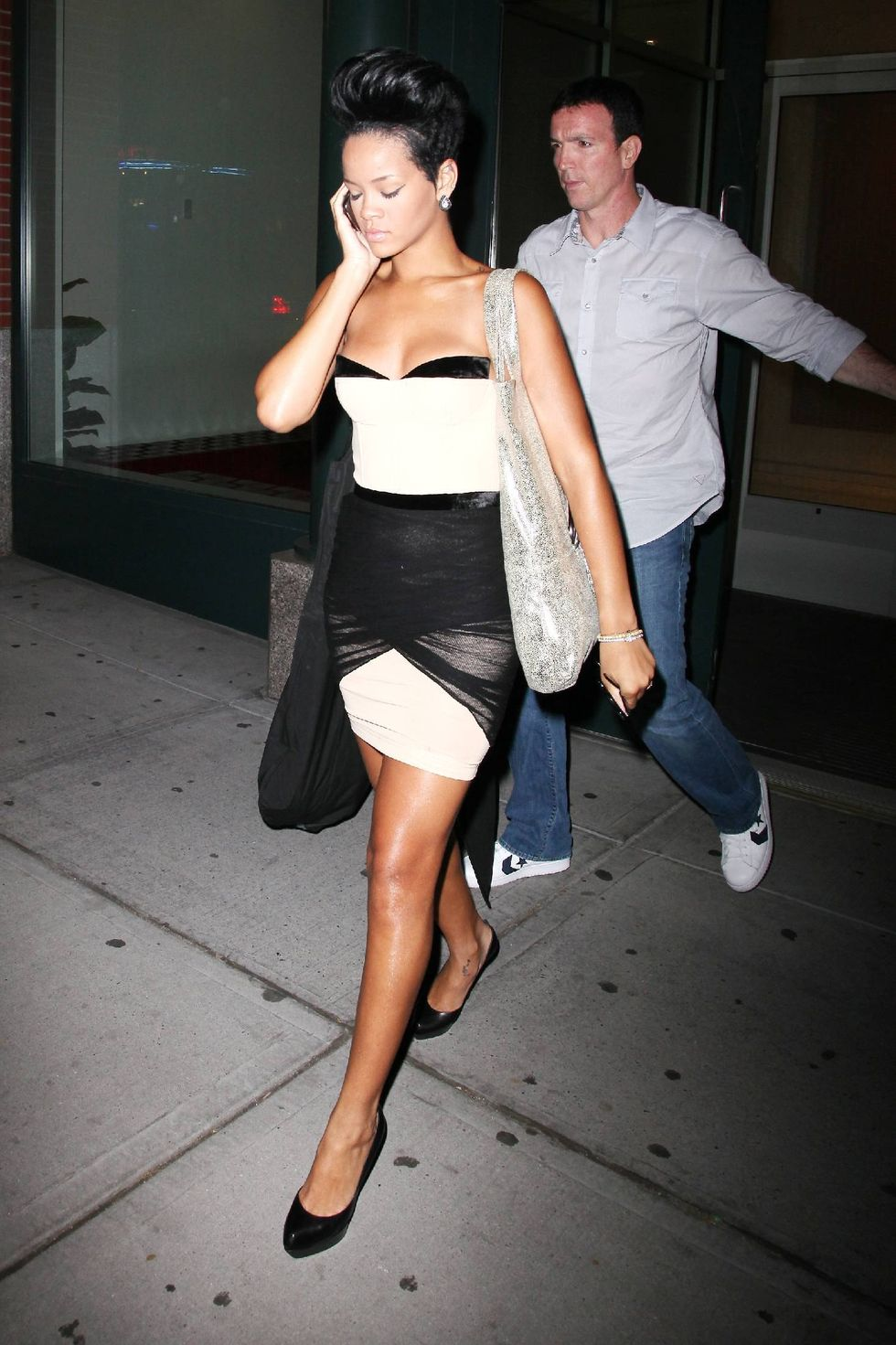 rihanna-cleavage-candids-in-new-york-2-01