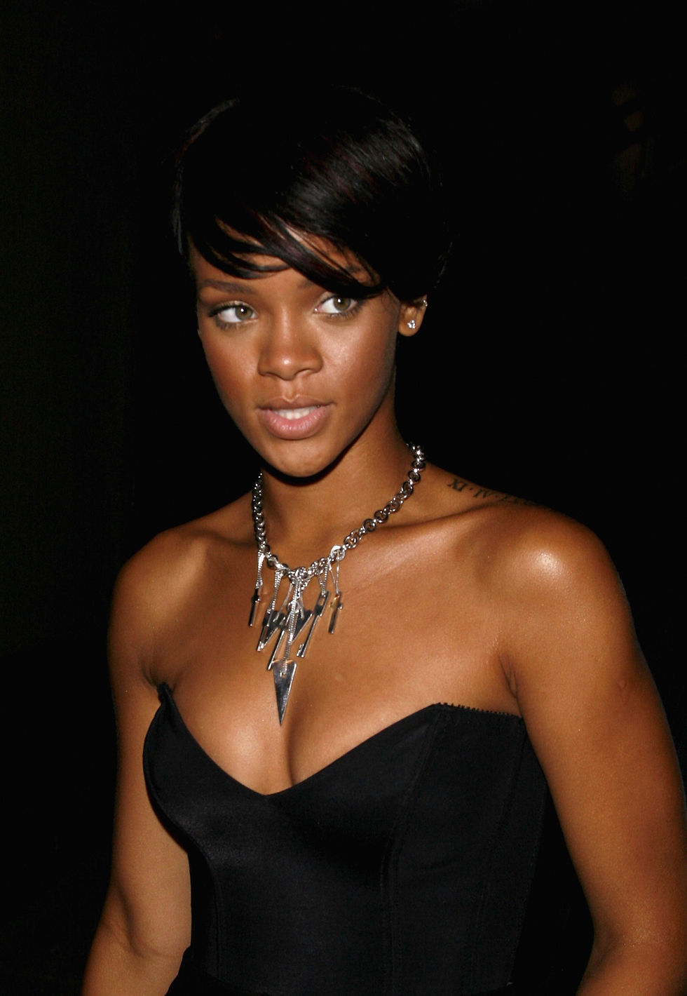 rihanna-cleavage-candids-in-west-hollywood-01