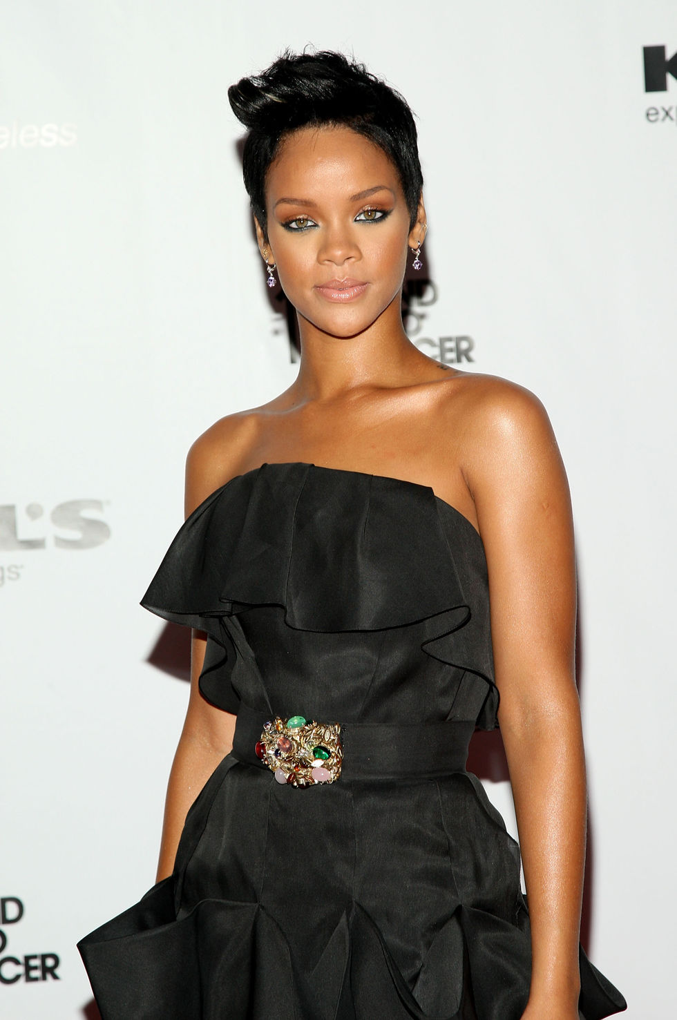 rihanna-fifth-annual-fashion-rocks-in-new-york-city-01