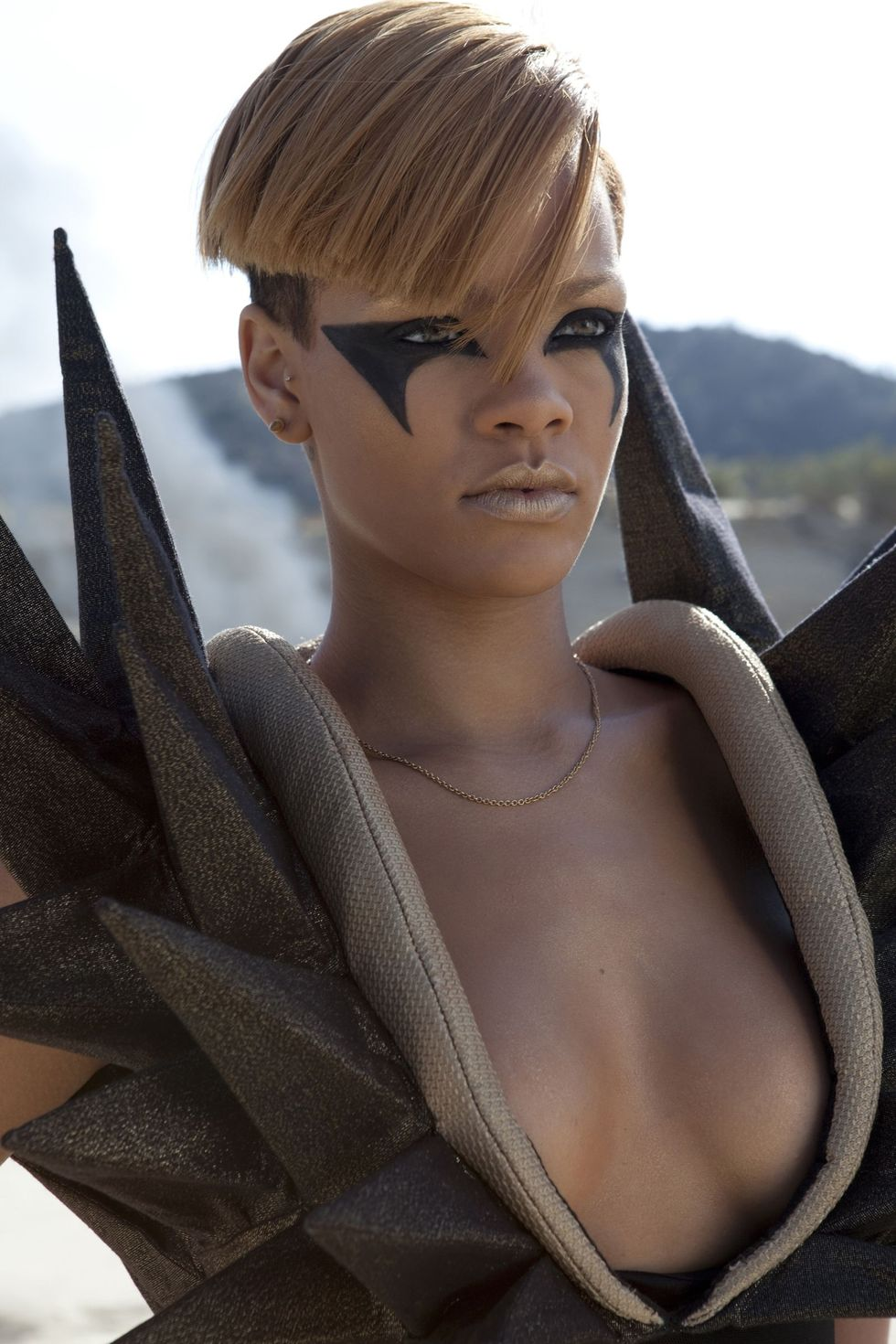 rihanna-hard-music-video-promos-01