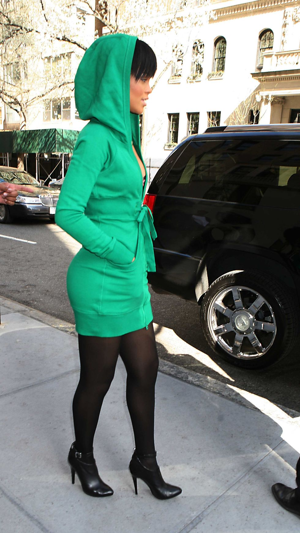 rihanna-leggy-candids-in-new-york-01