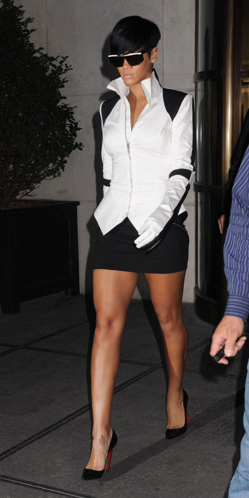 rihanna-leggy-candis-at-gramercy-park-hotel-in-new-york-01