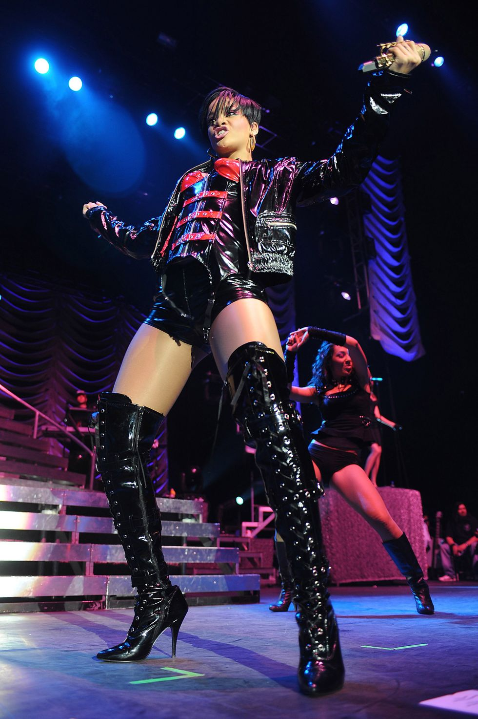 rihanna-performing-at-the-o2-arena-in-london-01