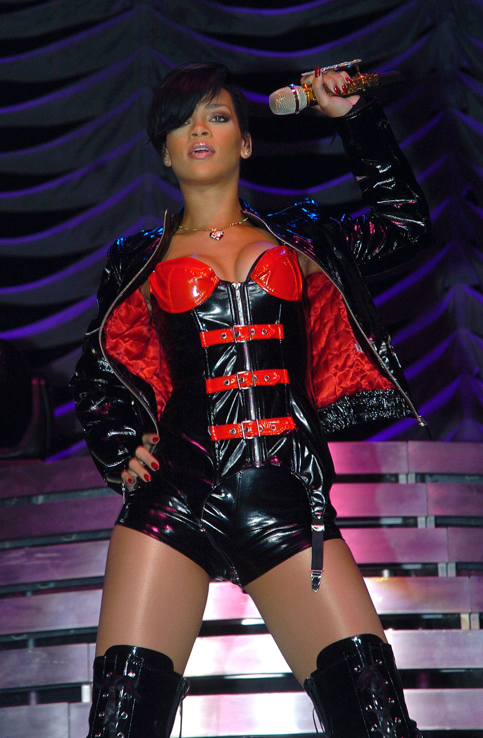 rihanna-performs-at-concert-in-belfast-01