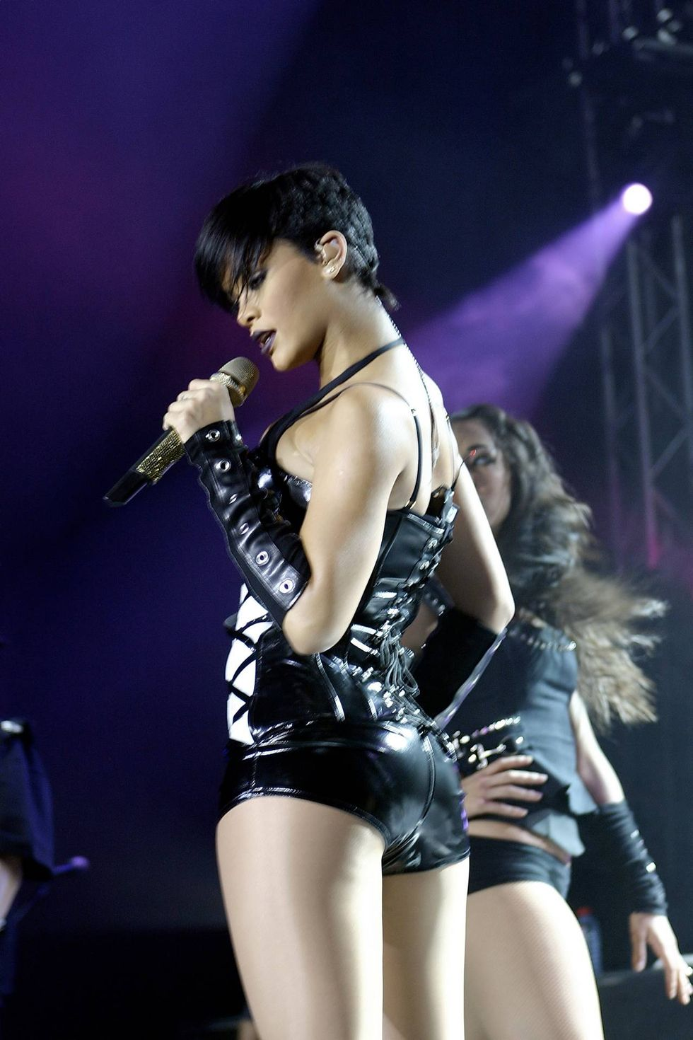 rihanna-performs-at-concert-in-moscow-01