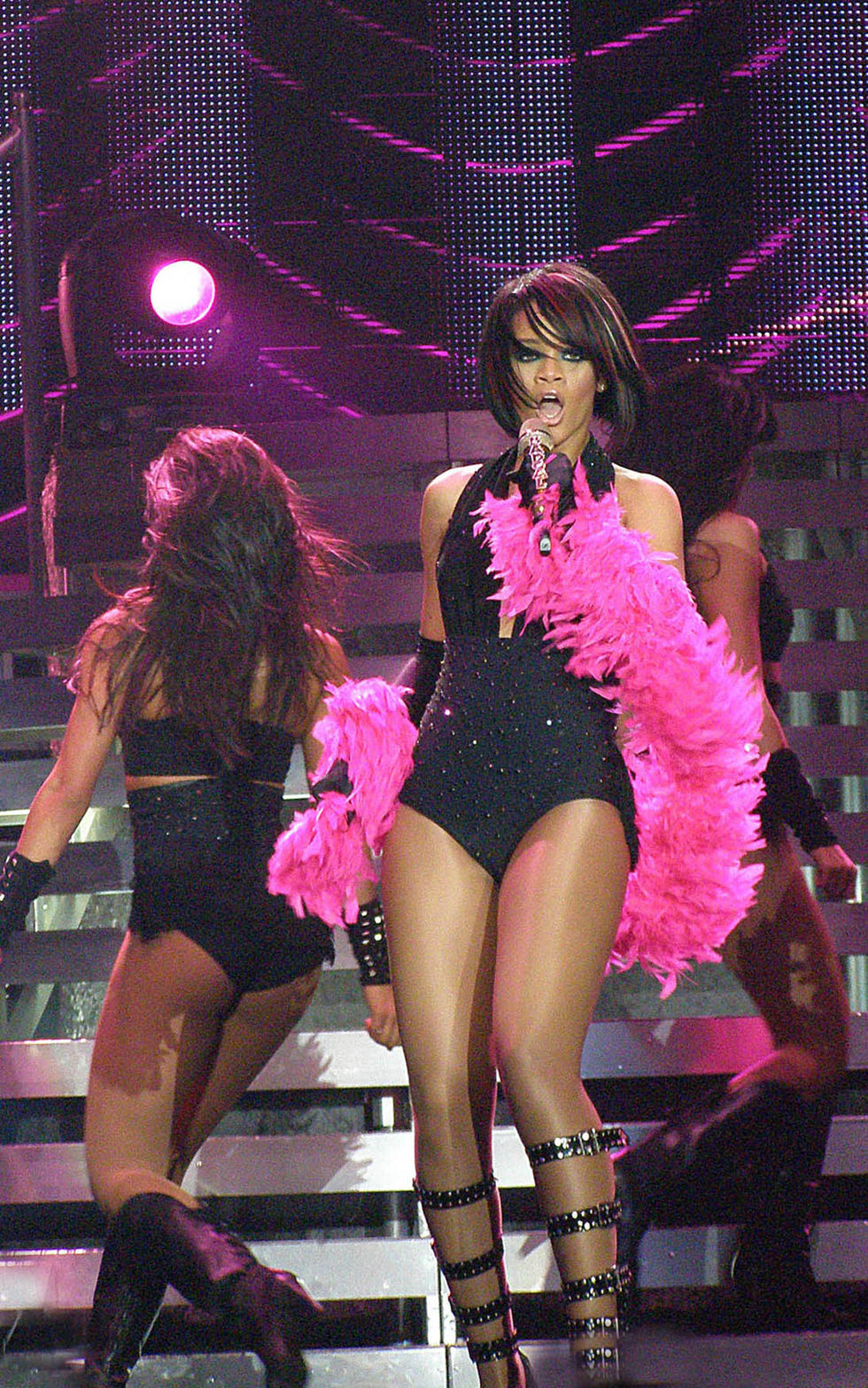 rihanna-performs-at-concert-in-sheffield-01