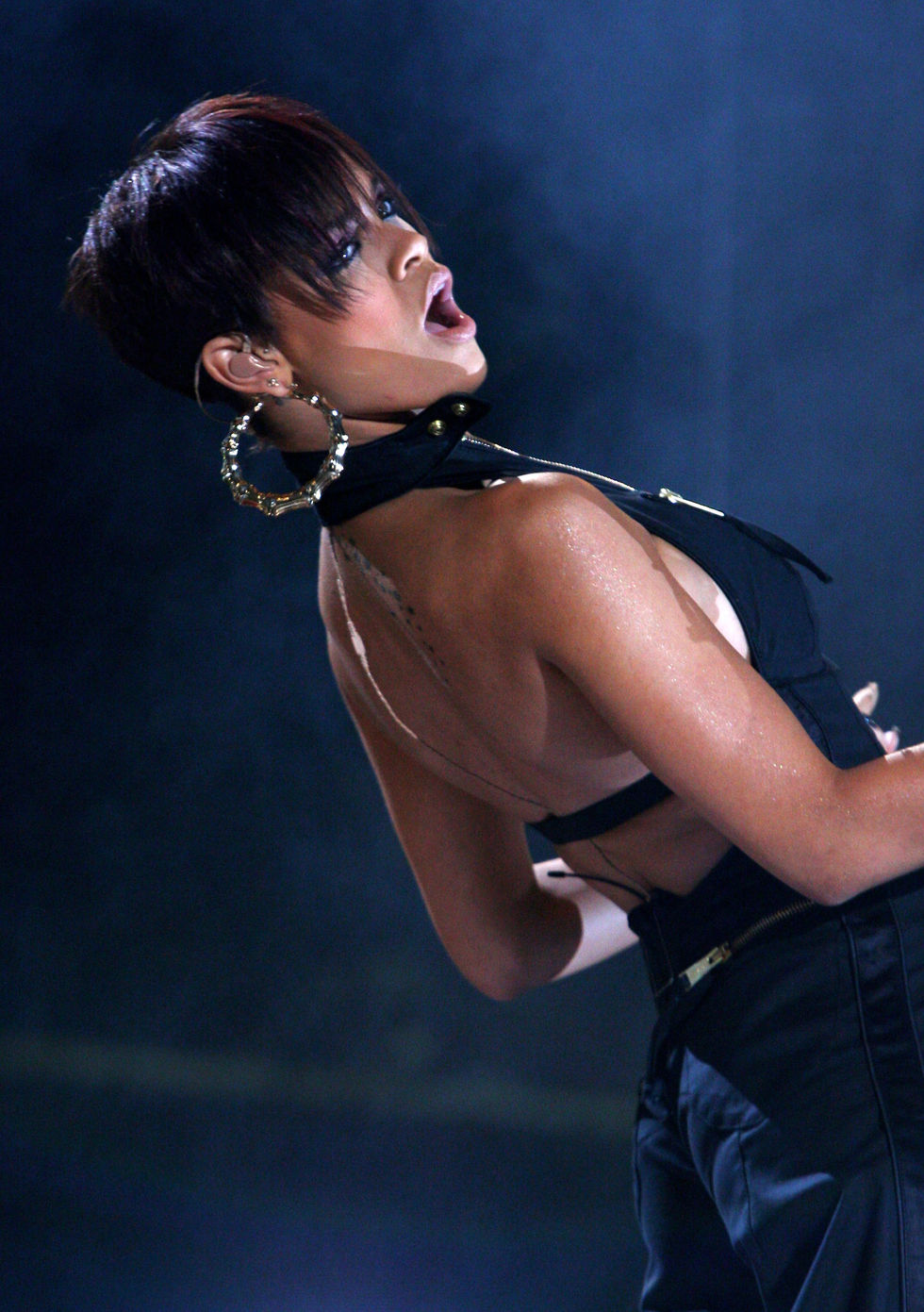 rihanna-performs-at-mtv-mobile-bang-concert-in-milan-01