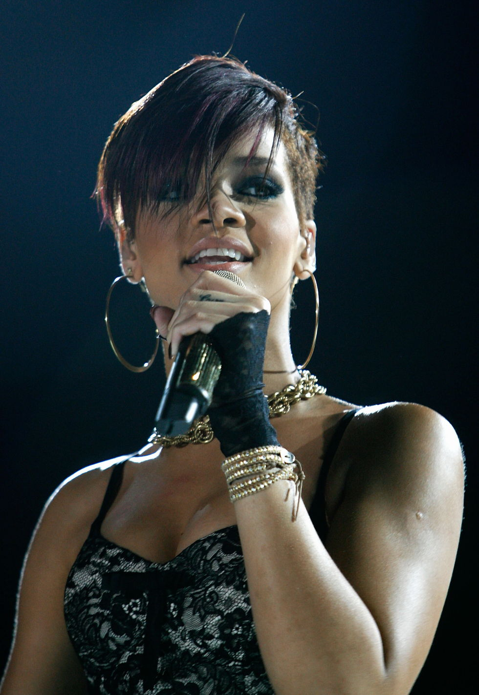 rihanna-performs-at-the-2008-essence-music-festival-in-new-orleans-04