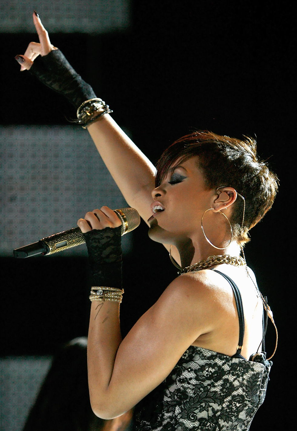 rihanna-performs-at-the-2008-essence-music-festival-in-new-orleans-09