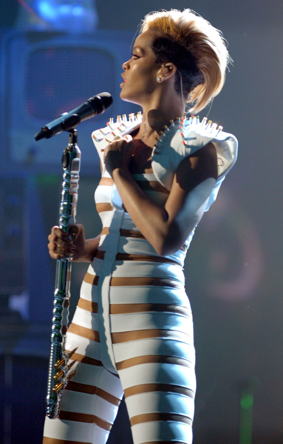 rihanna-performs-at-the-2009-american-music-awards-01