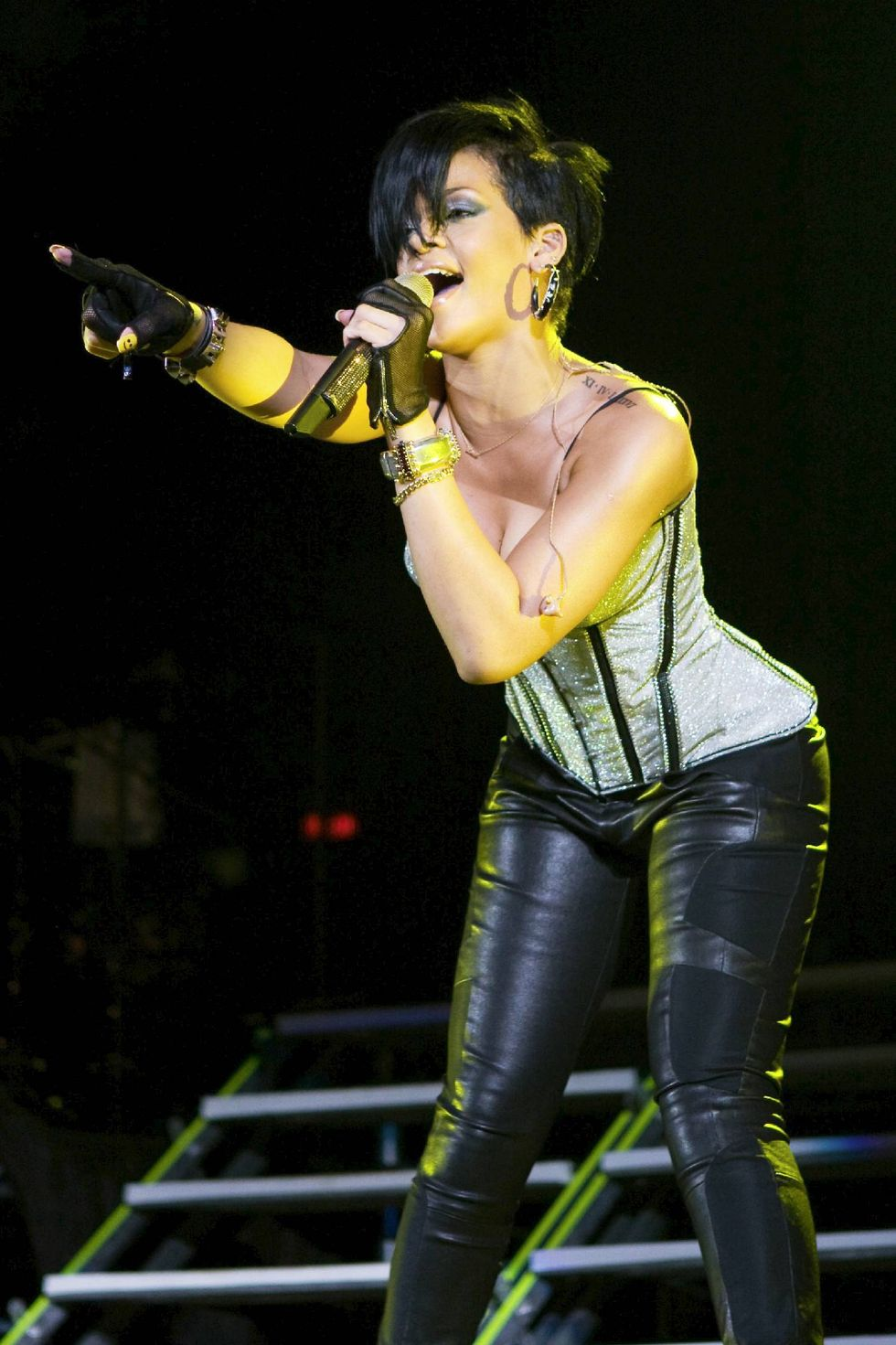 rihanna-performs-at-the-b96-jingle-bash-in-chicago-01