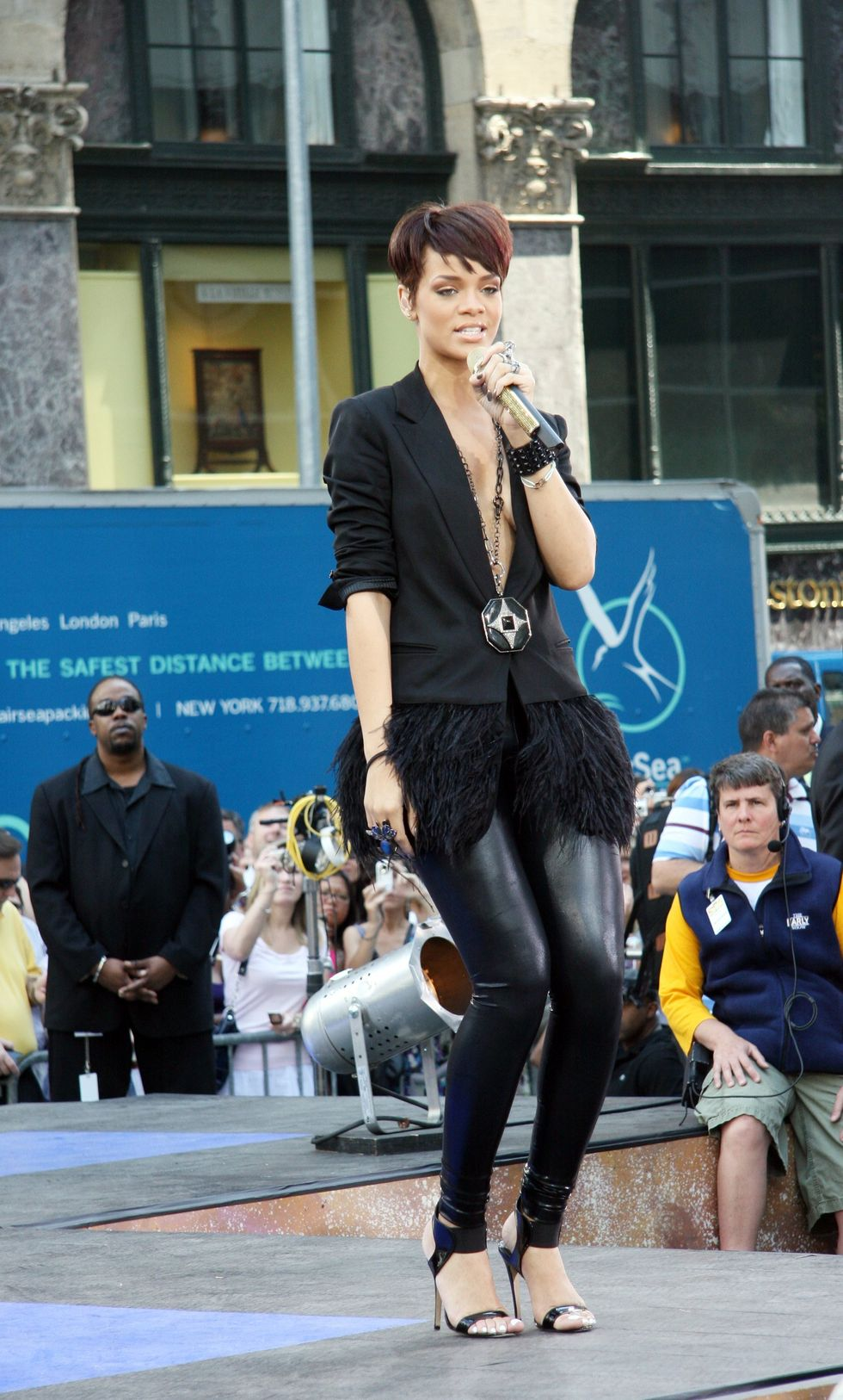 rihanna-performs-live-on-the-cbs-early-show-in-new-york-city-01