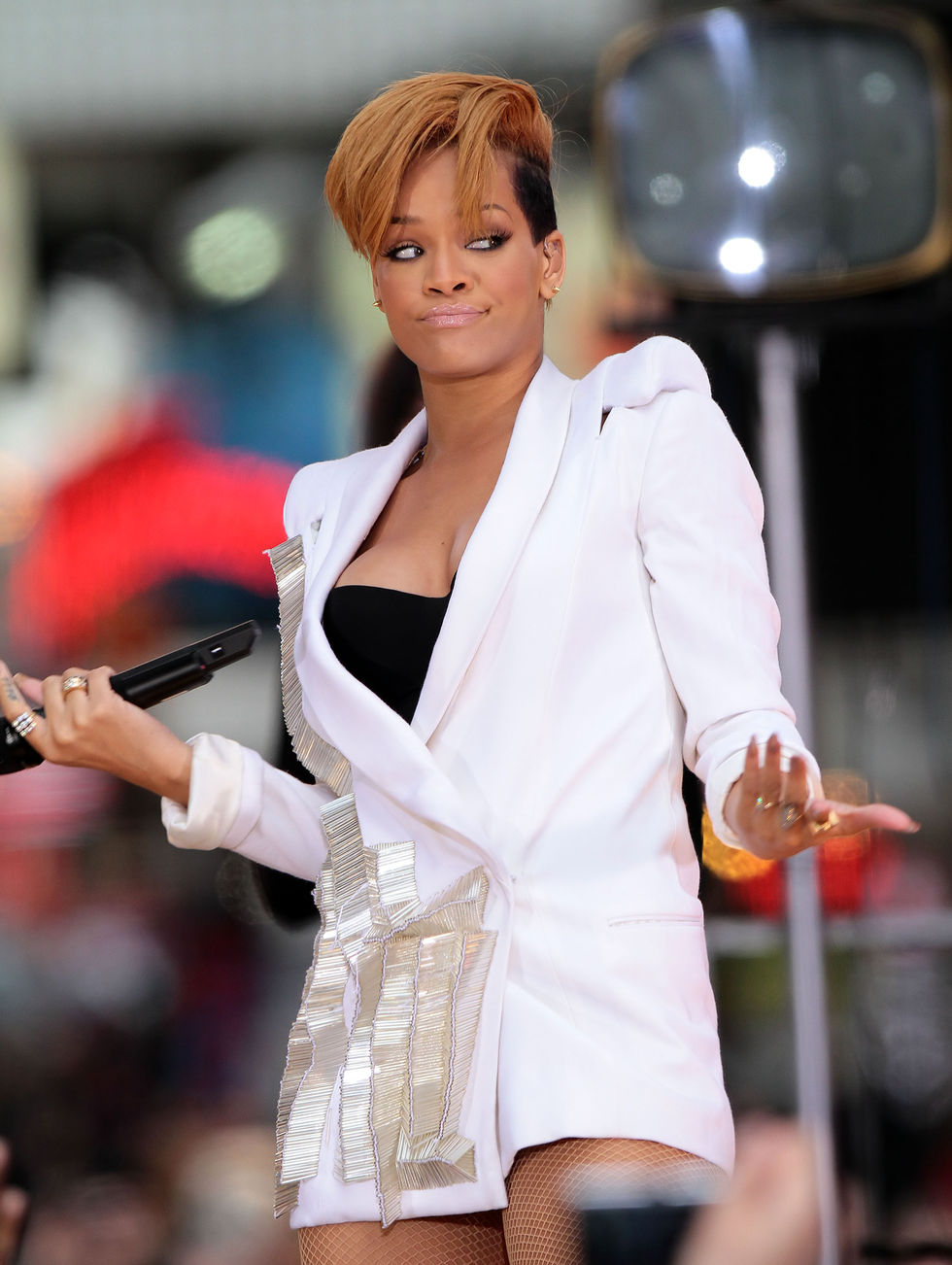 rihanna-performs-on-good-morning-america-in-new-york-01