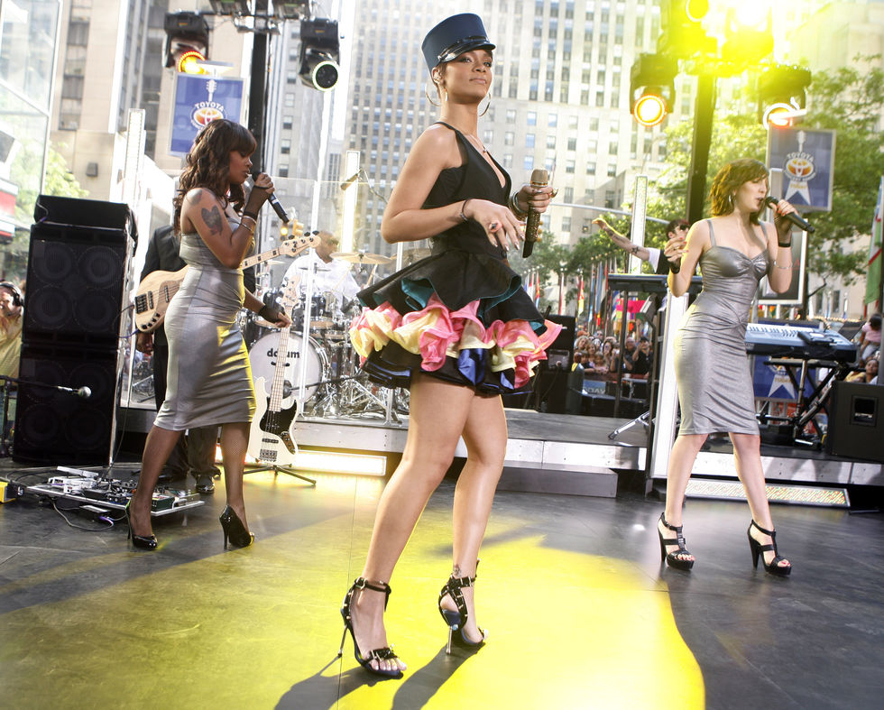 rihanna-performs-on-nbcs-today-show-in-new-york-city-01