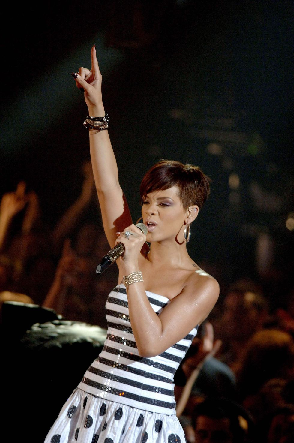 rihanna-performs-on-operacion-triunfo-in-barcelona-01