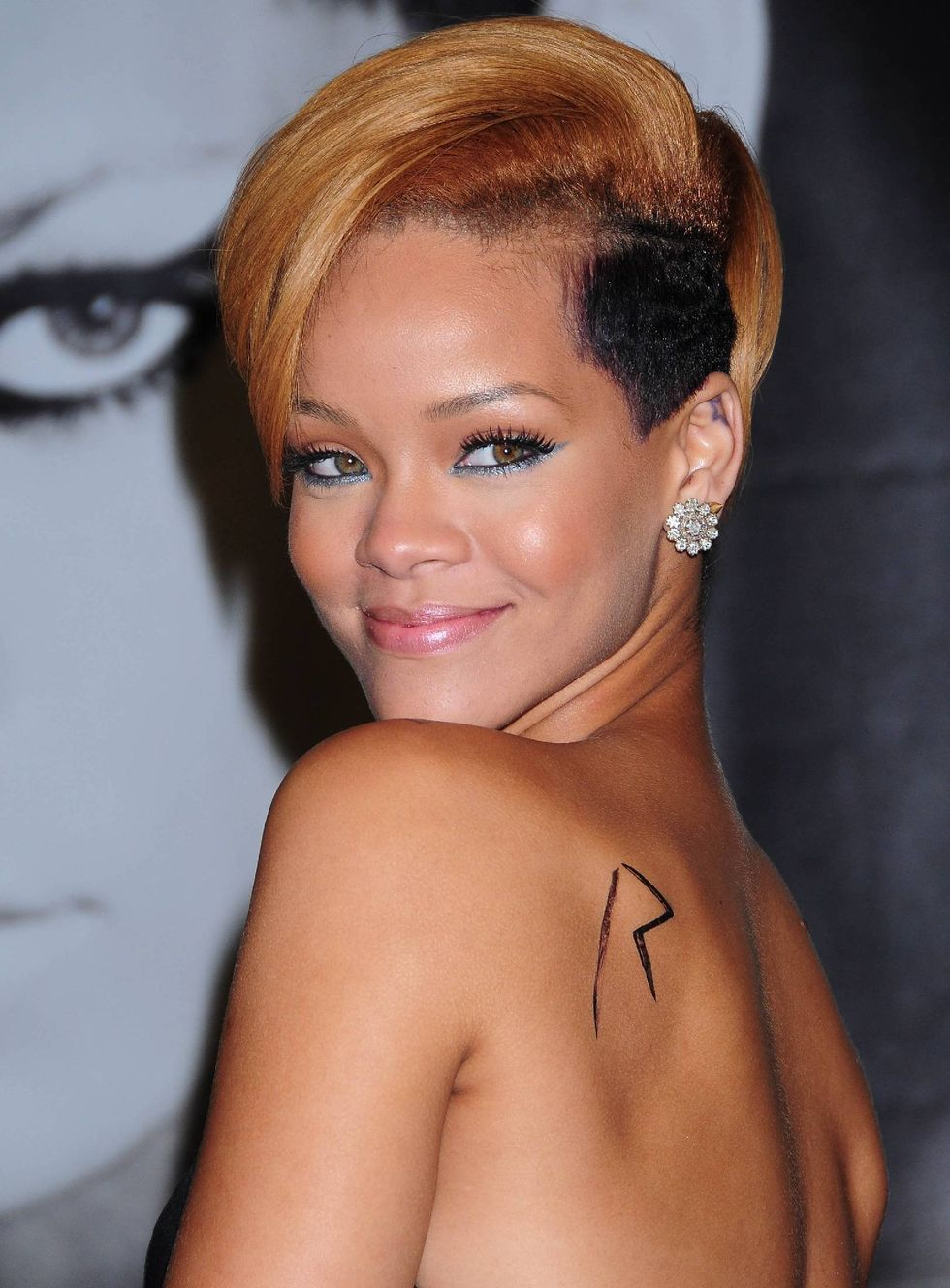 rihanna-rated-r-album-promotion-at-best-buy-01