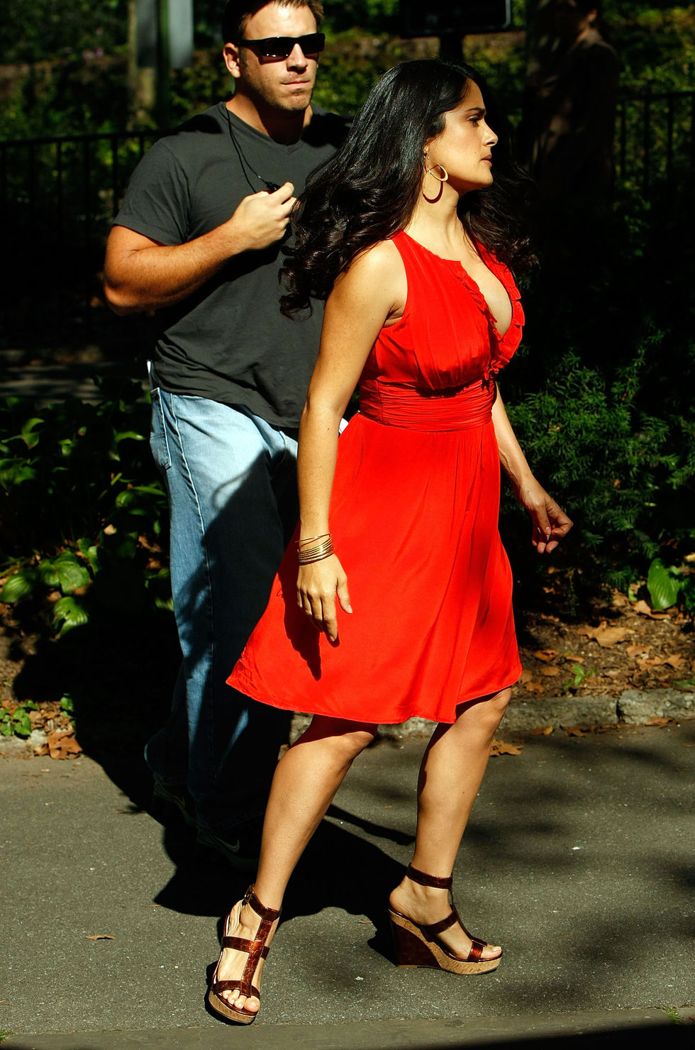 salma-hayek-cleavage-candids-on-the-set-of-30-rock-in-new-york-city-01
