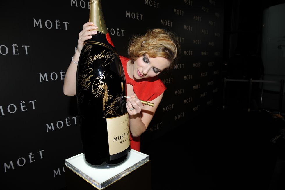scarlett-johansson-moet-chandon-tribute-to-cinema-in-tokyo-01