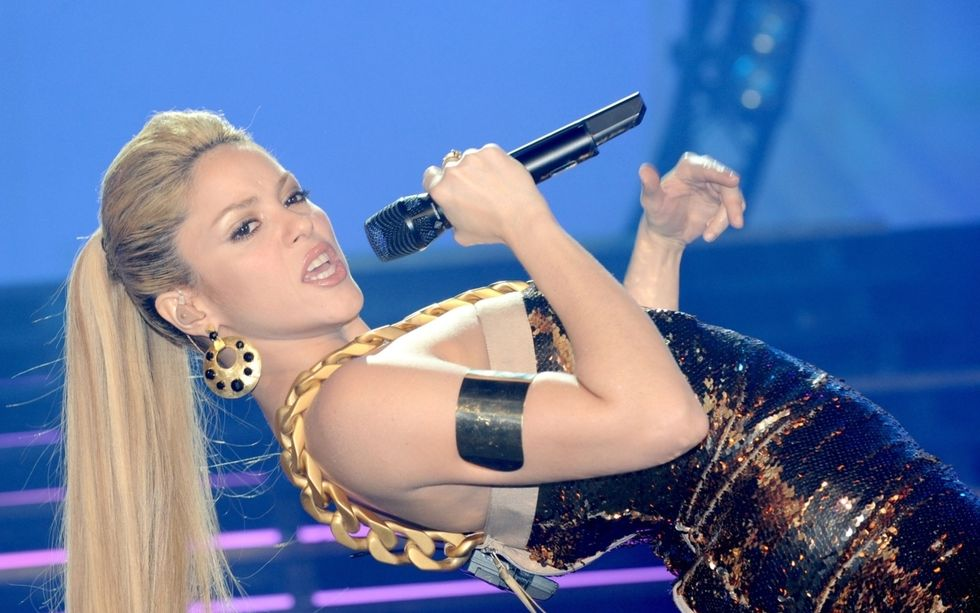 shakira-performing-at-the-bercy-arena-in-paris-mq-01