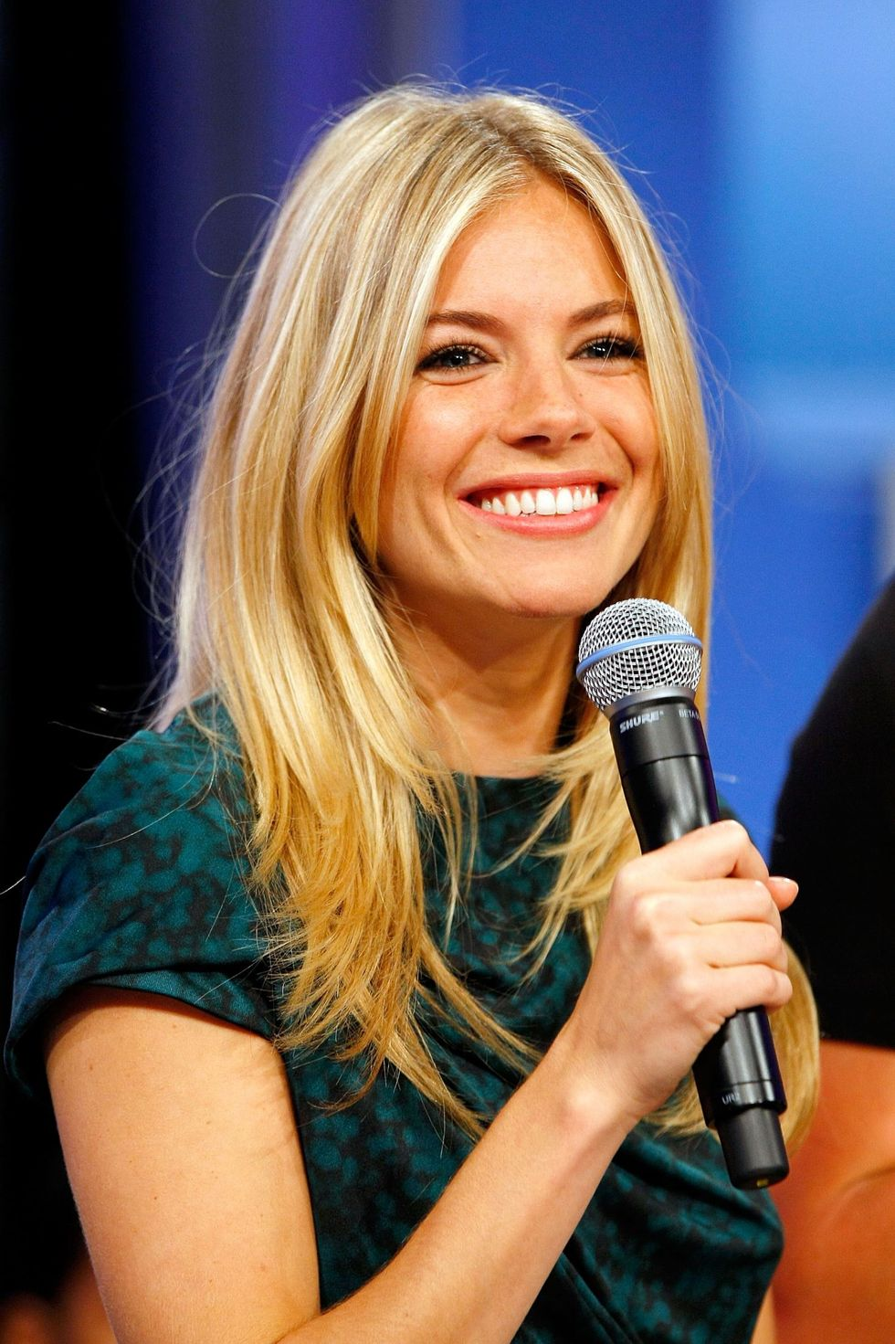sienna-miller-bets-106-park-in-new-york-01