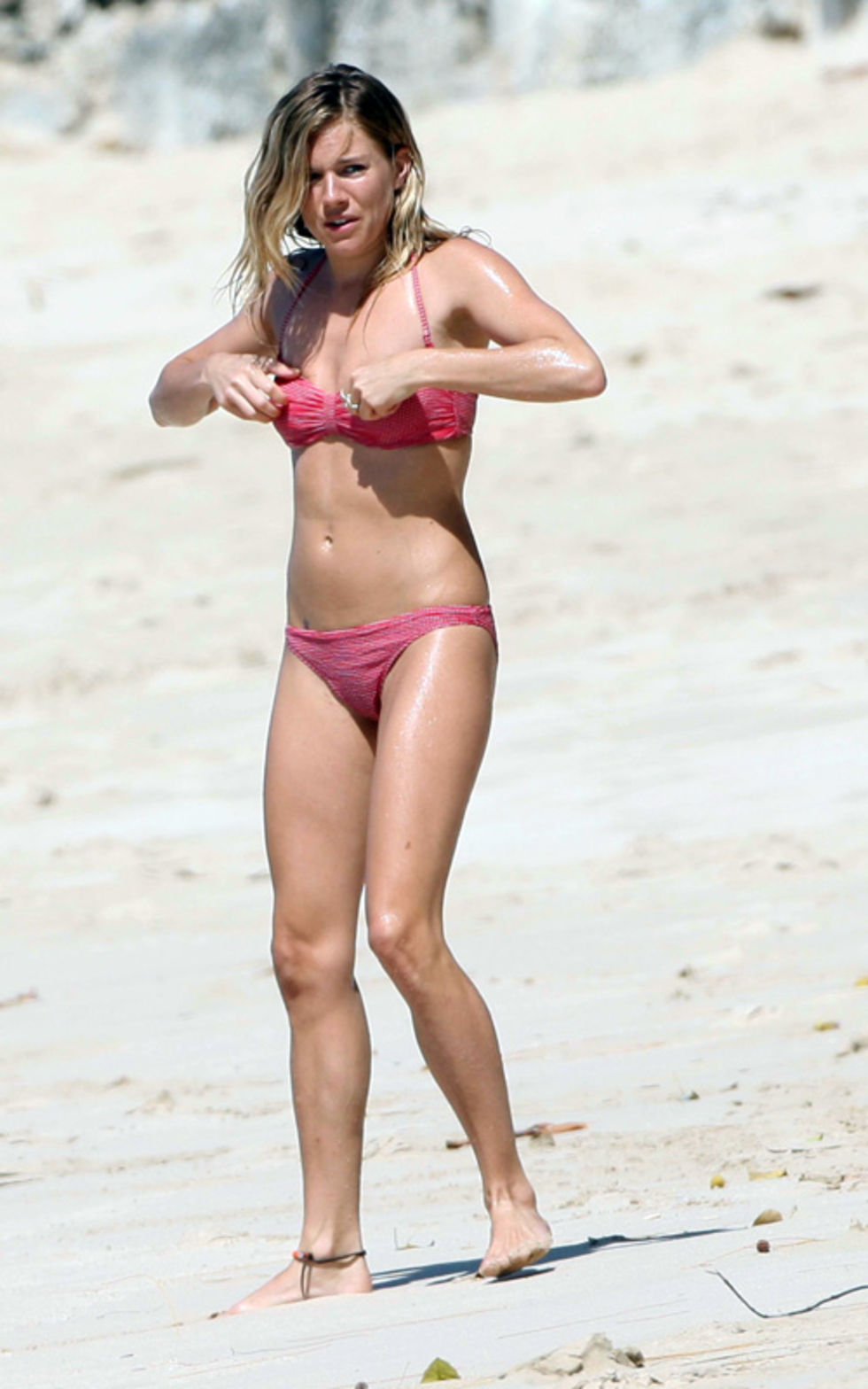 sienna-miller-bikini-candids-at-beach-in-barbados-01