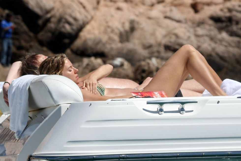 sienna-miller-bikini-candids-in-los-cabos-in-mexico-02
