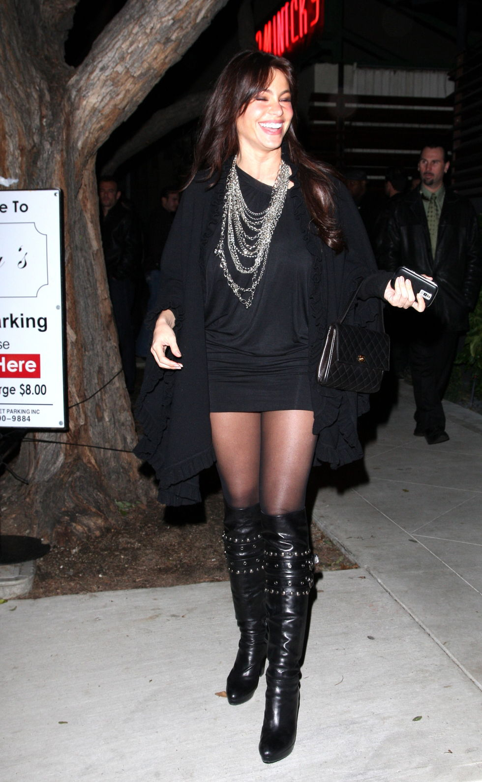 sofia-vergara-candids-at-guys-bar-in-los-angeles-01