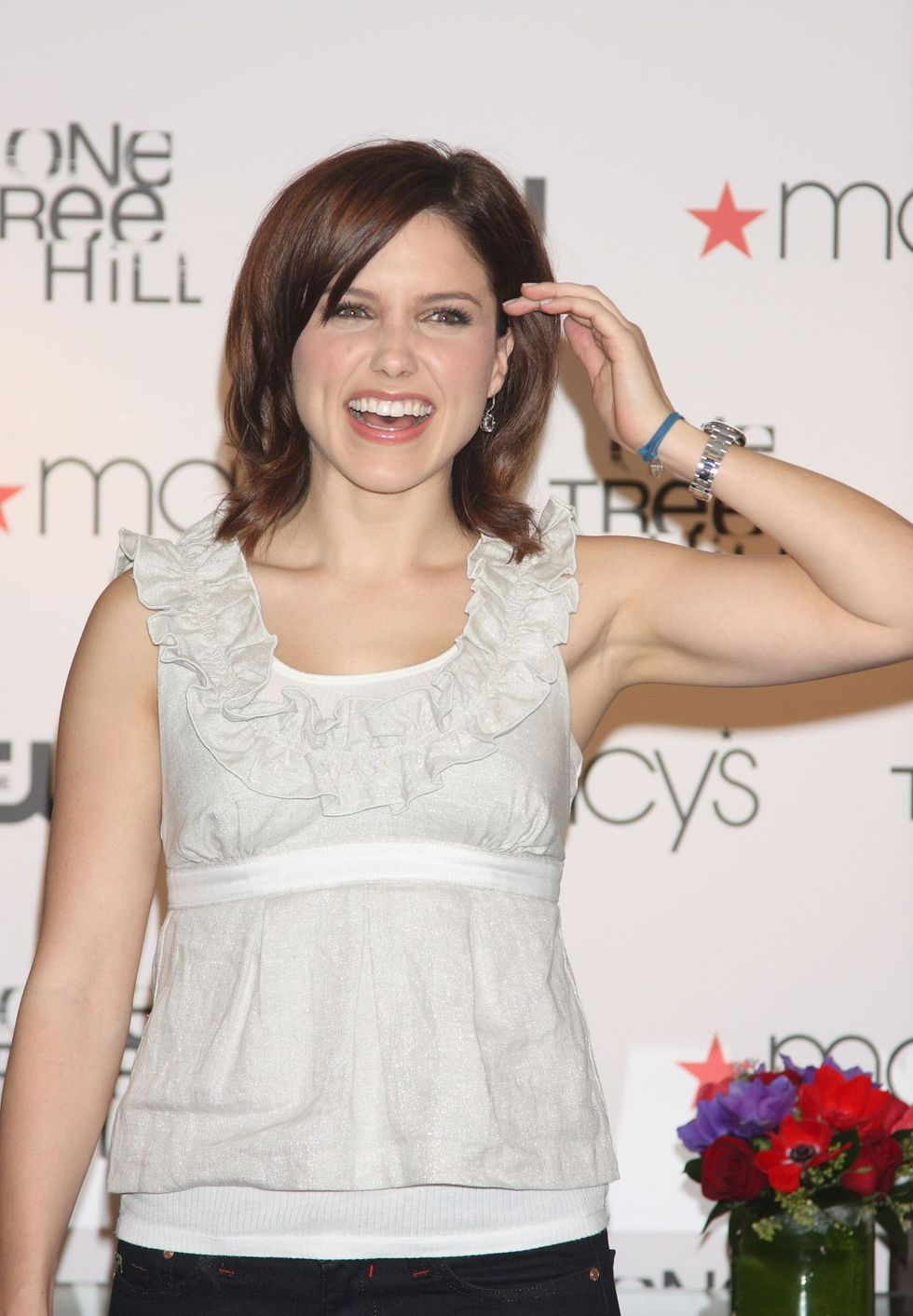 sophia-bush-at-the-cw-networks-one-tree-hill-macys-cast-signings-01
