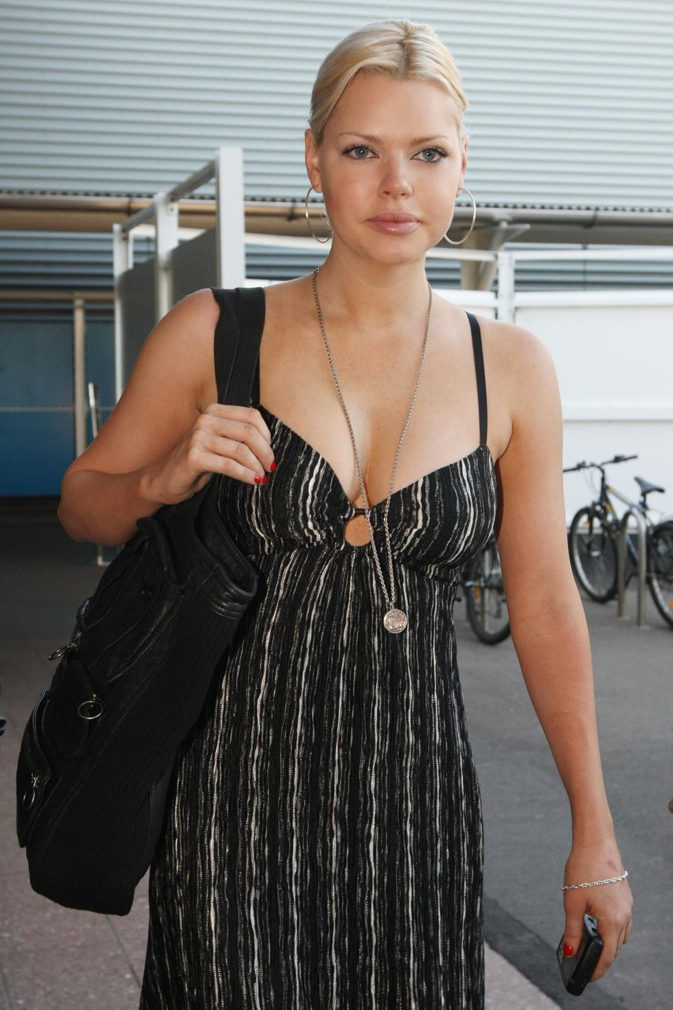 sophie-monk-cleavage-candids-at-sydney-airport-01