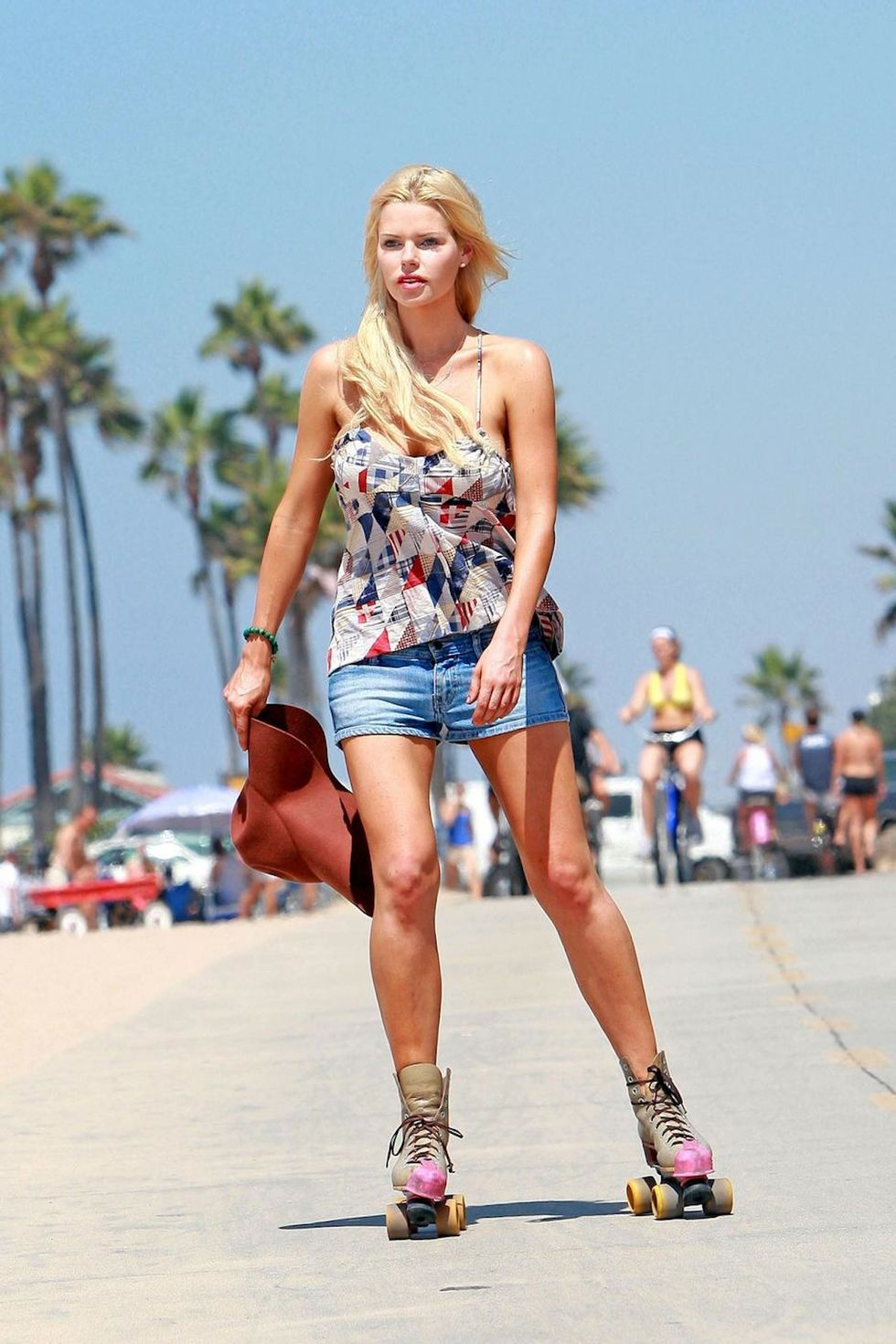 sophie-monk-leggy-with-downblouse-at-the-beach-01