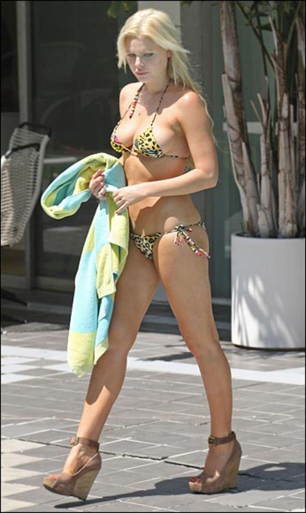 sophie-monk-poolside-bikini-candids-lq-01
