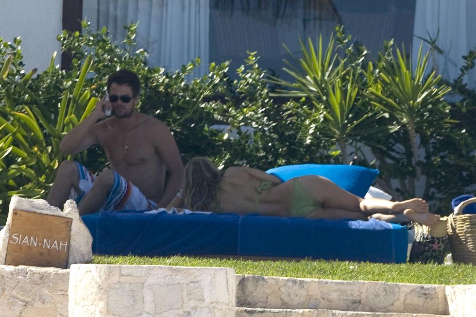 fergie-bikini-candids-in-cancun-12