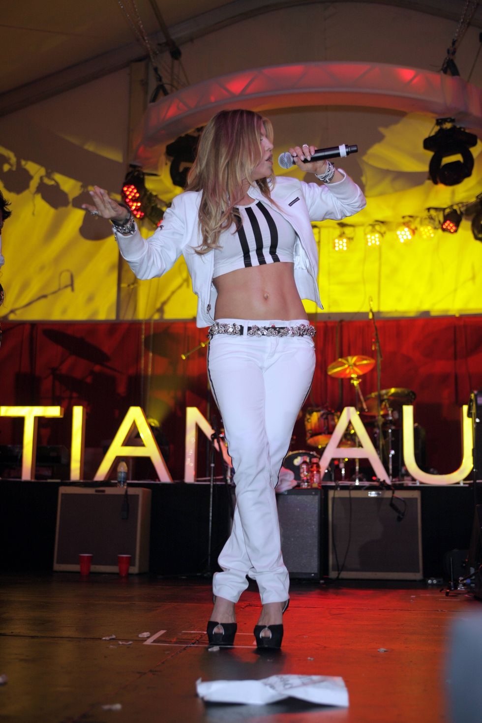 fergie-performs-at-ed-hardy-party-in-hollywood-01