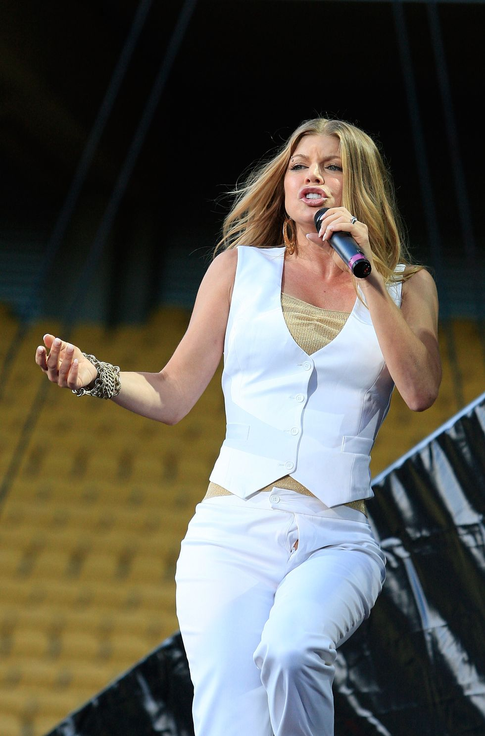 fergie-performs-on-stage-at-westpac-stadium-in-wellington-01