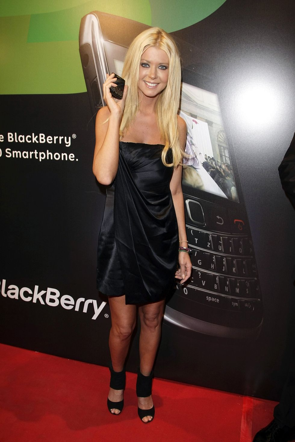 tara-reid-blackberry-bold-presentation-in-cologne-01