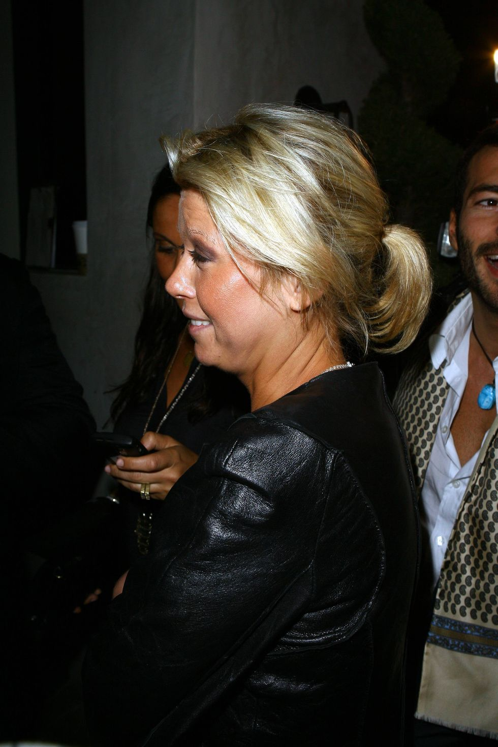 tara-reid-cleavage-candids-at-club-goa-01