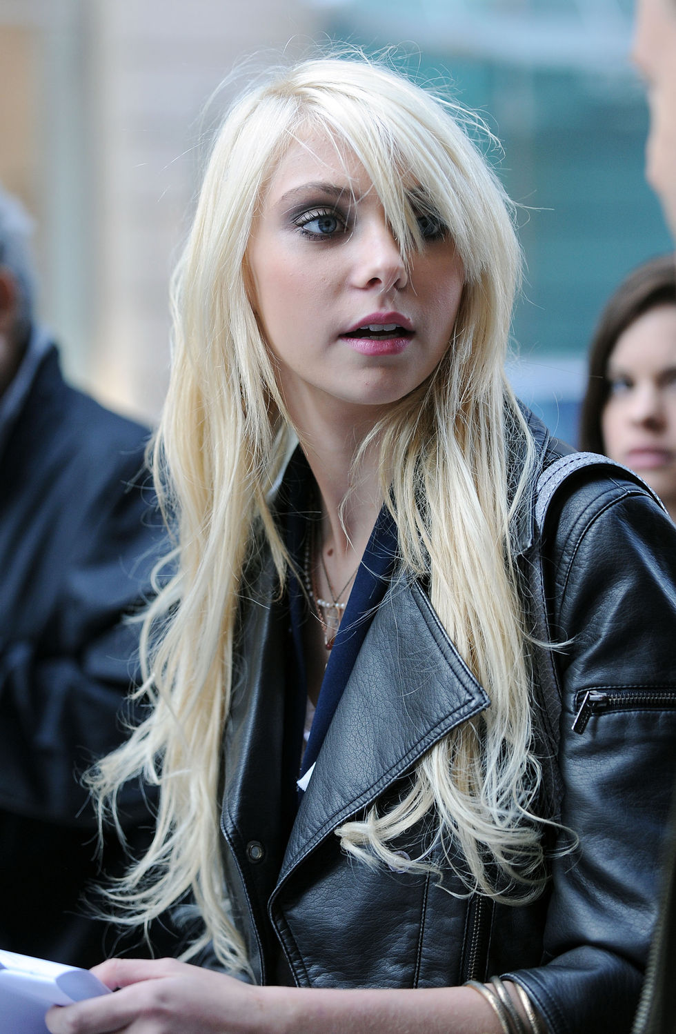 taylor-momsen-leggy-candids-on-set-of-gossip-girl-in-new-york-01