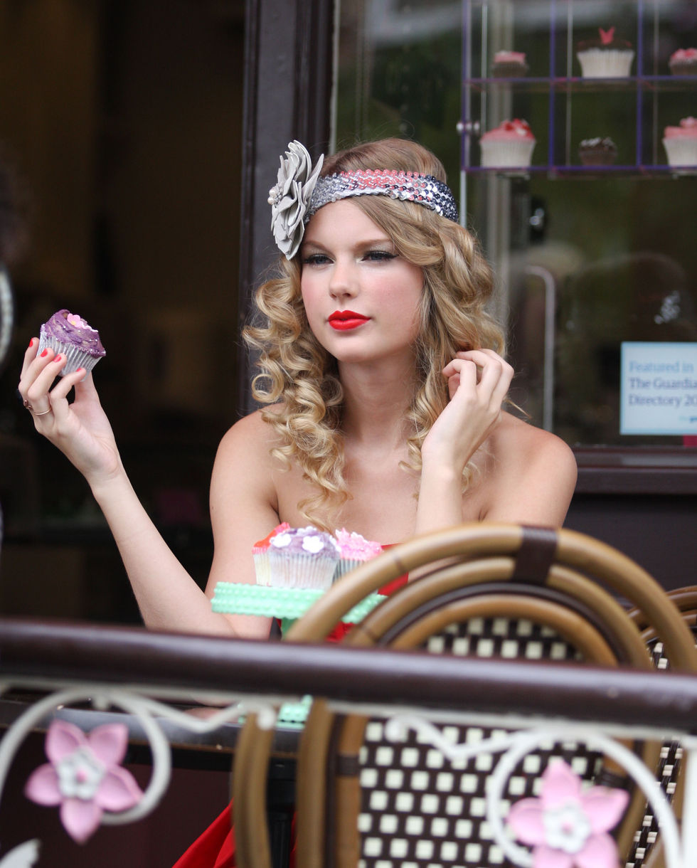taylor-swift-candids-at-photoshoot-in-london-01